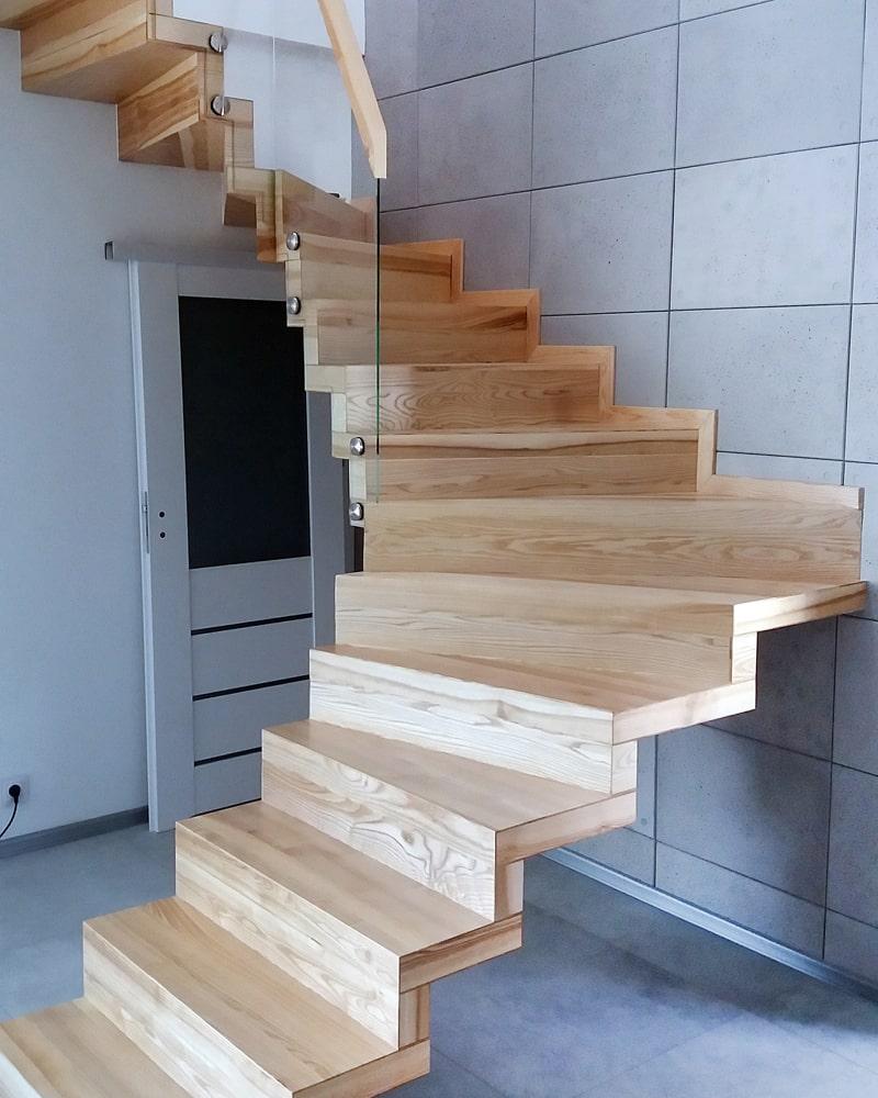Jasne schody wiszące
