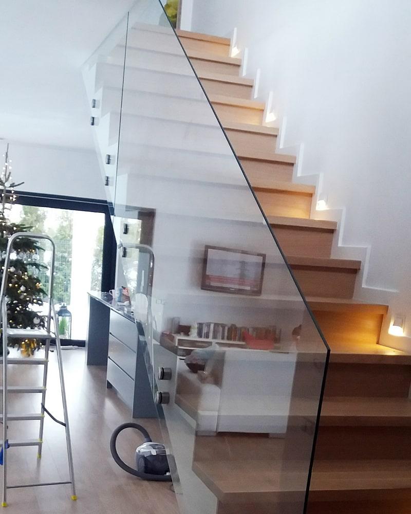 Schody drewniane z balustradą szklaną