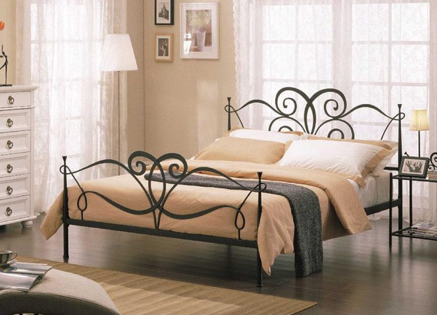 Łóżko na stelażu stalowym
