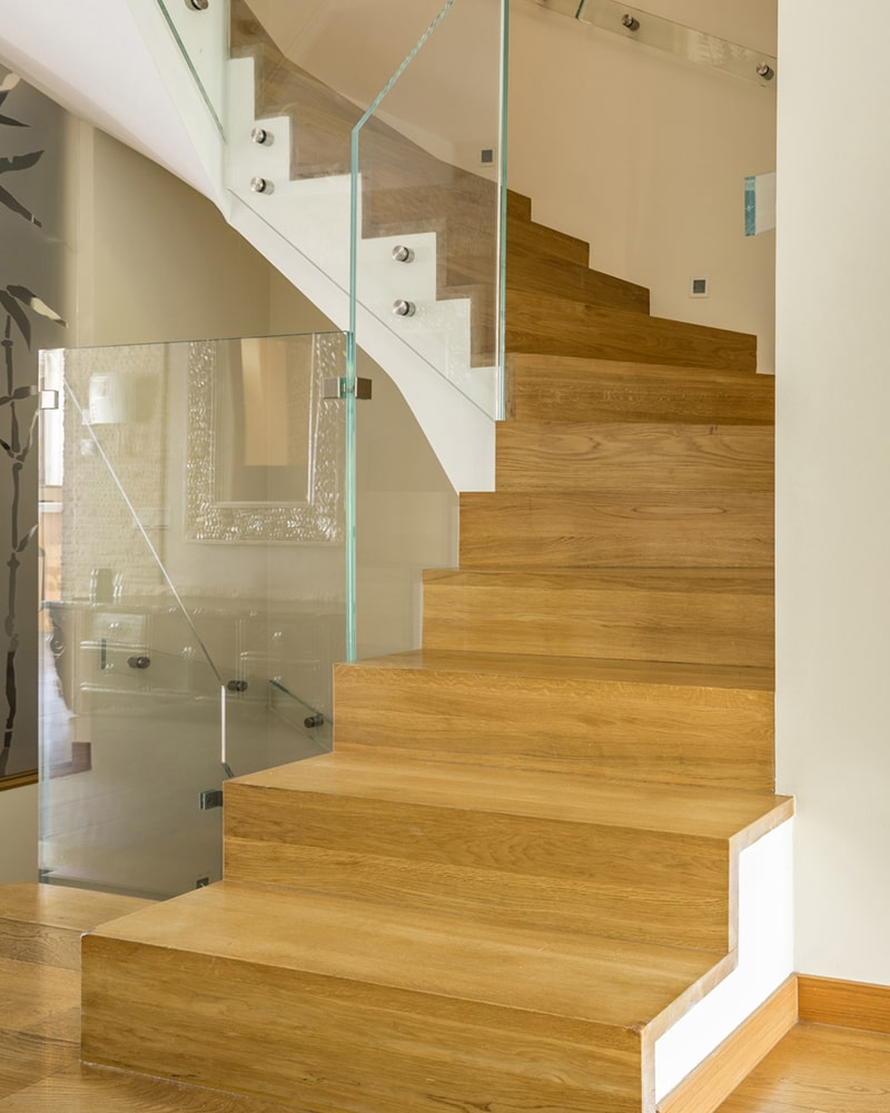Jasne schody z balustradą