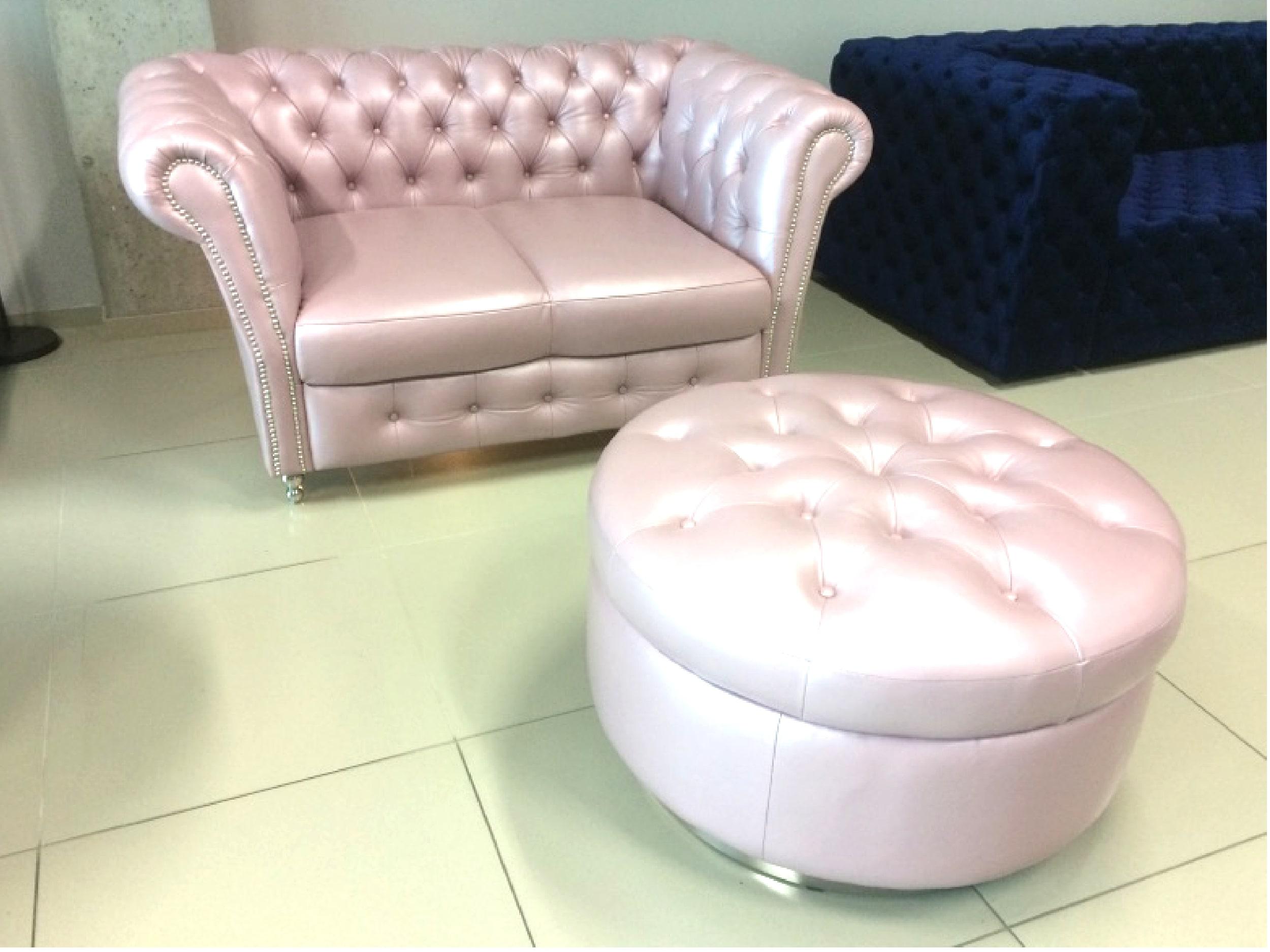 Różowo pudrowa sofa z pufą