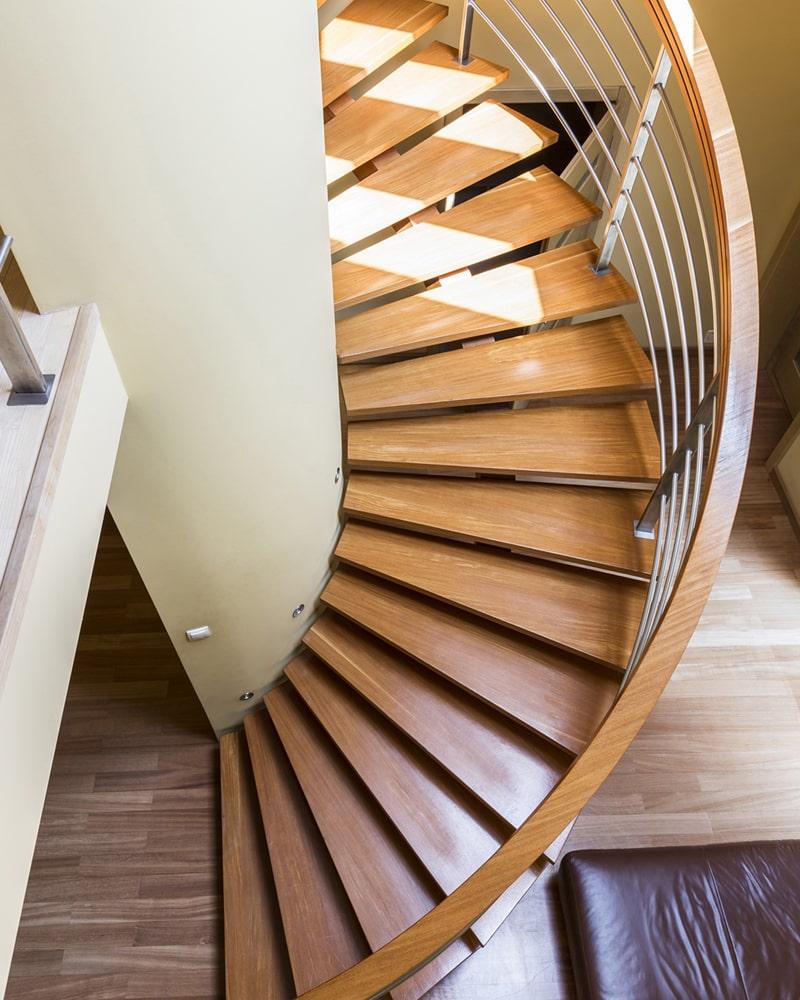 Jasne schody drewniane kręcone
