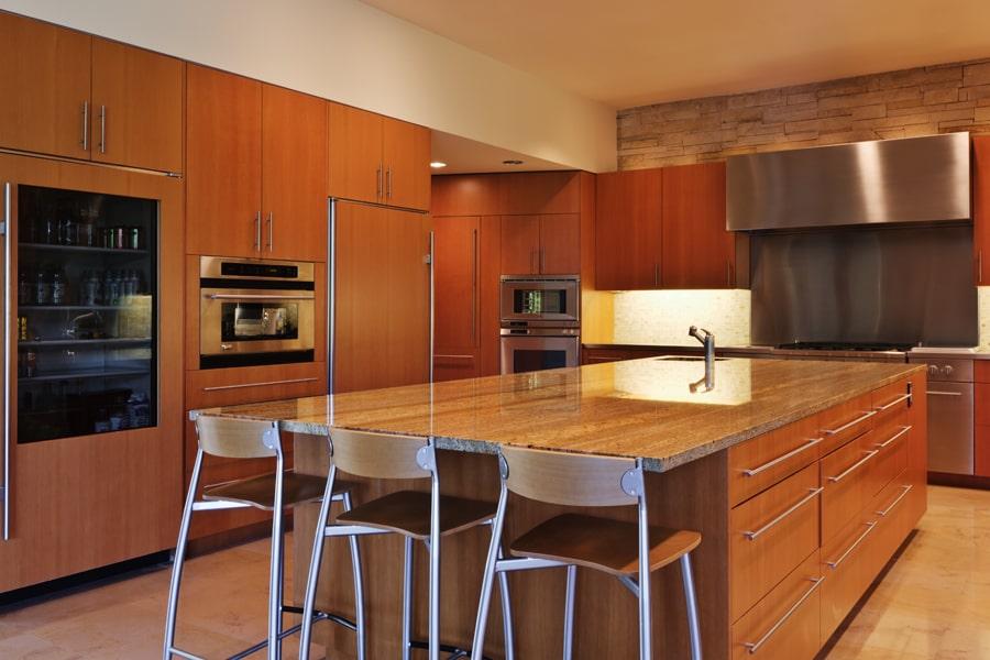 Duża kuchnia w kolorze drewna